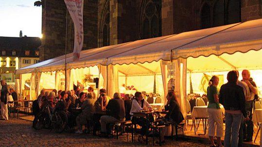 Freiburger Weinfest; Stand des Tuniberg-Wein auf der Südseite des Freiburger Münsterplatz